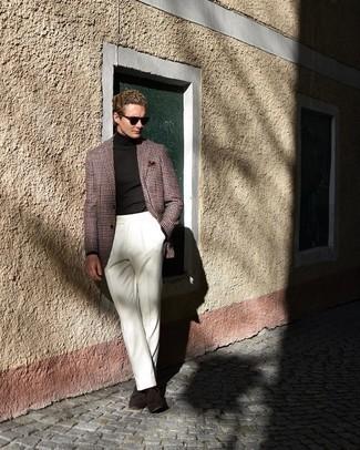 Comment s'habiller au printemps: Pense à harmoniser un blazer en pied-de-poule multicolore avec un pantalon de costume blanc pour une silhouette classique et raffinée. Complète ce look avec une paire de mocassins à pampilles en daim marron foncé. Ce look est une bonne inspiration pour pour les journées printanières.