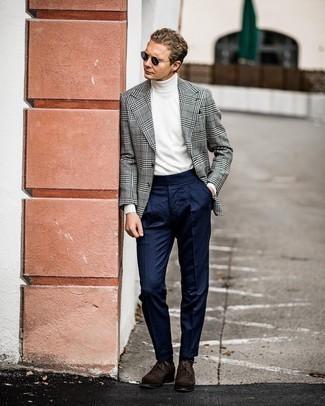 Comment s'habiller au printemps: Harmonise un blazer en pied-de-poule blanc et noir avec un pantalon de costume bleu marine pour dégager classe et sophistication. Cet ensemble est parfait avec une paire de chaussures brogues en daim marron foncé. La tenue est toute printanière.