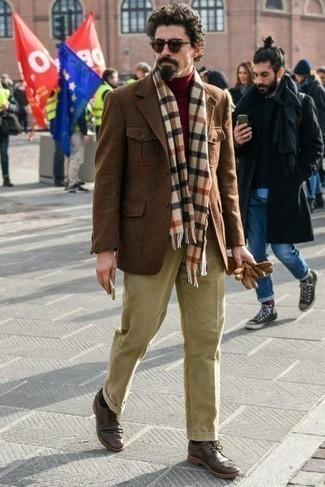 Comment s'habiller après 40 ans pour un style elégantes: Pour une tenue de tous les jours pleine de caractère et de personnalité choisis un pull à col roulé bordeaux.