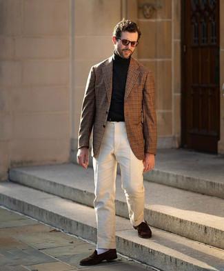 Comment porter un blazer en vichy marron: L'association d'un blazer en vichy marron et d'un pantalon de costume beige peut te démarquer de la foule. Une paire de slippers en daim marron foncé est une option astucieux pour complèter cette tenue.