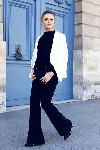 Comment porter: blazer blanc, pull à col roulé noir, pantalon flare noir, escarpins en cuir noirs