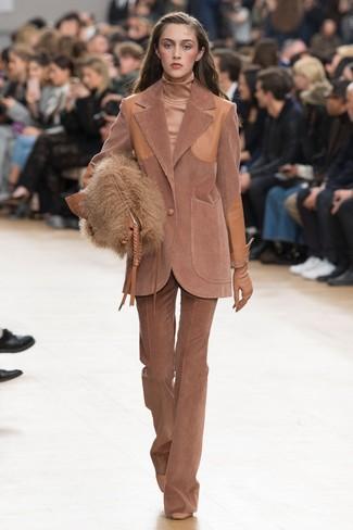 Comment porter: blazer en velours côtelé marron, pull à col roulé marron clair, pantalon flare en velours côtelé marron, escarpins en cuir marron clair