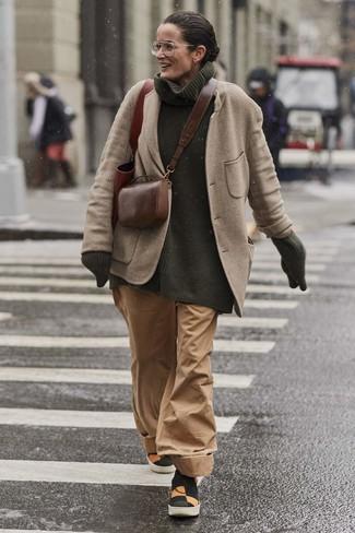 Comment porter: blazer en laine beige, pull à col roulé en tricot vert foncé, pantalon large marron clair, baskets à enfiler en toile multicolores