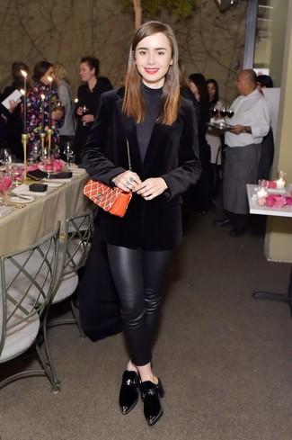 Comment porter: blazer en velours noir, pull à col roulé noir, pantalon slim en cuir noir, mules en velours noires
