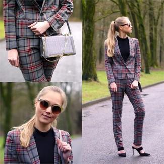 Comment porter un pantalon slim écossais gris: Essaie d'harmoniser un blazer écossais gris avec un pantalon slim écossais gris pour un look de tous les jours facile à porter. Cette tenue se complète parfaitement avec une paire de des sandales à talons en cuir noires.