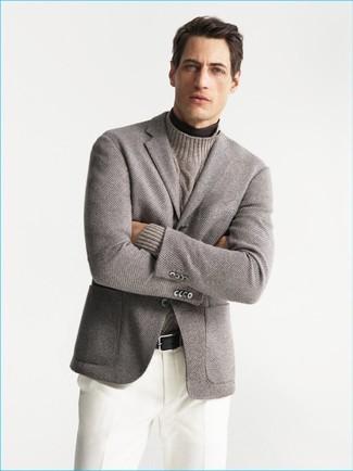 Comment porter: blazer en tricot gris, pull à col roulé marron foncé, pull à col roulé en tricot beige, pantalon de costume blanc