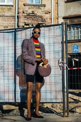 Comment porter: blazer à rayures verticales gris foncé, pull à col roulé à rayures horizontales multicolore, short cycliste noir, escarpins en cuir noirs