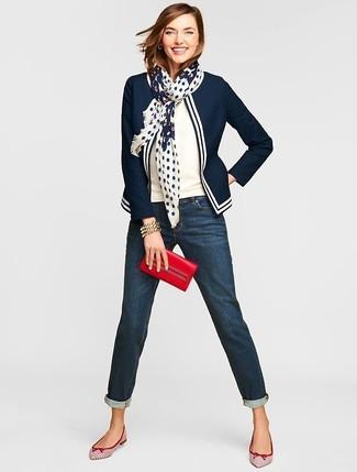 Comment porter: blazer bleu marine et blanc, pull à manches courtes blanc, jean boyfriend bleu marine, ballerines en cuir blanc et rouge