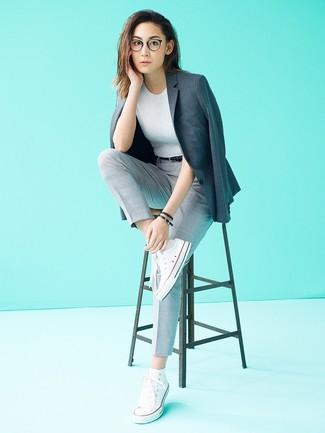 Comment porter: blazer gris foncé, pull à manches courtes gris, pantalon carotte à carreaux gris, baskets montantes en toile blanches