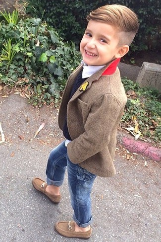 Comment porter: blazer marron, pull noir, chemise à manches longues blanche, jean bleu