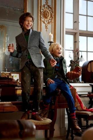 Comment porter: blazer gris, pull vert foncé, chemise à manches longues écossaise rouge et bleu marine, jean marron foncé