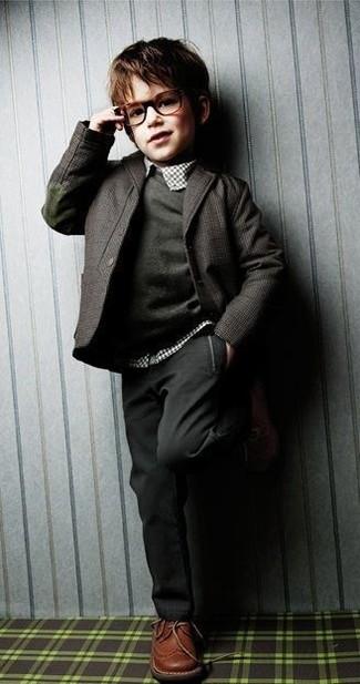 Comment porter: blazer gris foncé, pull gris foncé, chemise à manches longues écossaise blanche, pantalon gris foncé