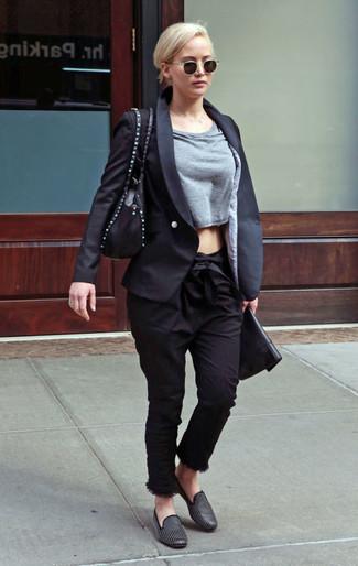 Comment porter: blazer noir, pull court gris, pantalon carotte noir, slippers en cuir à clous noirs