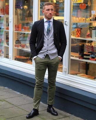 Comment porter: blazer noir, pull en v sans manches gris, chemise de ville blanche, pantalon chino olive