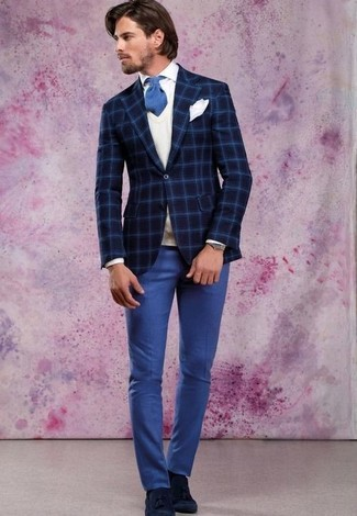 Comment porter: blazer en laine à carreaux bleu marine, pull en v sans manches blanc, chemise de ville blanche, pantalon de costume bleu