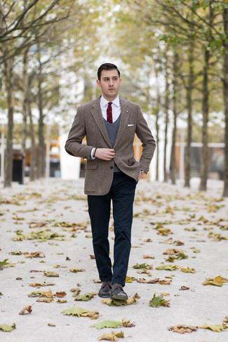 Comment porter: blazer en tweed à chevrons marron, pull en v sans manches gris foncé, chemise de ville blanche, pantalon chino bleu marine