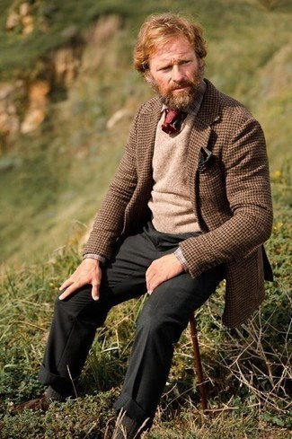 Comment porter des bottines chukka en daim marron: Marie un blazer en laine en pied-de-poule marron avec un pantalon de costume gris foncé pour un look pointu et élégant. Si tu veux éviter un look trop formel, opte pour une paire de des bottines chukka en daim marron.