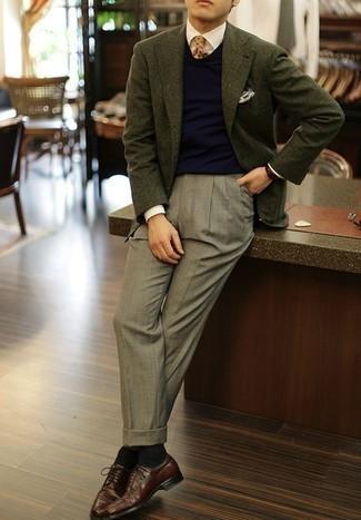 Comment porter un blazer vert foncé: Essaie d'associer un blazer vert foncé avec un pantalon de costume gris pour un look pointu et élégant. Cette tenue se complète parfaitement avec une paire de des chaussures derby en cuir bordeaux.