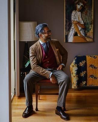 Comment porter une pochette de costume jaune: Pense à associer un blazer écossais marron avec une pochette de costume jaune pour une tenue relax mais stylée. Jouez la carte classique pour les chaussures et assortis cette tenue avec une paire de des slippers en cuir marron foncé.