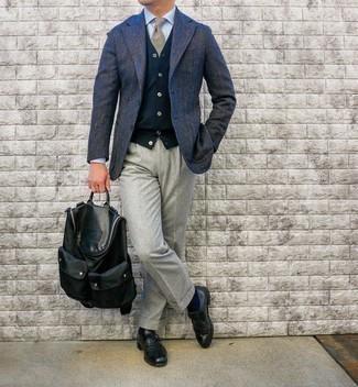 Comment porter une cravate écossaise marron clair: Pense à marier un blazer en laine à chevrons bleu marine avec une cravate écossaise marron clair pour une silhouette classique et raffinée. Une paire de monks en cuir noirs est une option parfait pour complèter cette tenue.