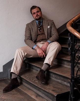 Tendances mode hommes: Pense à harmoniser un blazer en vichy marron avec un pantalon de costume beige pour un look pointu et élégant. Jouez la carte décontractée pour les chaussures et fais d'une paire de bottines chukka en daim marron foncé ton choix de souliers.
