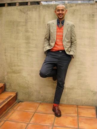 Une chemise en jean à porter avec des chaussures derby marron: Harmonise une chemise en jean avec un pantalon chino gris foncé pour un look de tous les jours facile à porter. Jouez la carte classique pour les chaussures et choisis une paire de des chaussures derby marron.