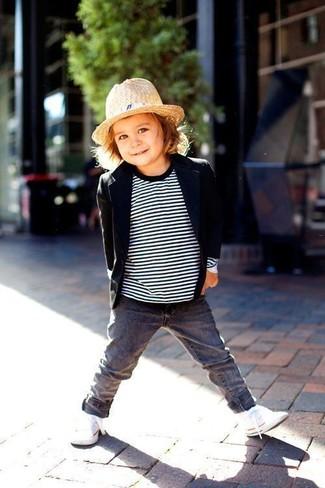 Comment porter: blazer noir, pull à rayures horizontales blanc et noir, jean gris, baskets blanches