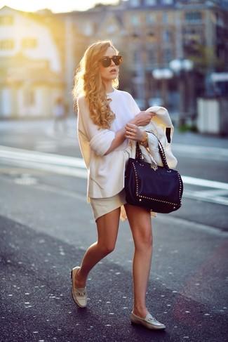 Comment porter: blazer blanc, pull surdimensionné blanc, jupe à basque blanche, slippers en cuir beiges
