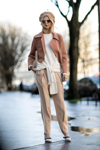 Comment porter: blazer en laine marron clair, pull surdimensionné blanc, pantalon carotte beige, escarpins en cuir beiges