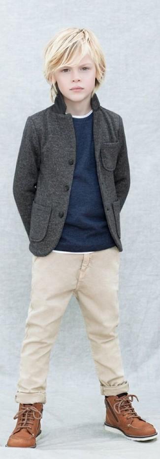 Comment porter: blazer gris foncé, pull bleu marine, t-shirt blanc, pantalon beige