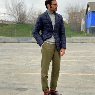 Comment porter des bottines chukka en cuir bordeaux: Marie un blazer matelassé bleu marine avec un pantalon chino olive pour un look idéal au travail. Une paire de bottines chukka en cuir bordeaux est une option parfait pour complèter cette tenue.