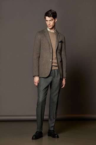 Comment porter un blazer en laine à chevrons marron foncé: Essaie d'associer un blazer en laine à chevrons marron foncé avec un pantalon de costume en laine gris pour un look pointu et élégant. Une paire de des mocassins à pampilles en cuir noirs est une option judicieux pour complèter cette tenue.