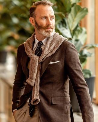 Comment porter: blazer marron, pull torsadé marron, chemise de ville blanche, pantalon de costume marron clair