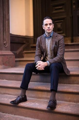 Comment porter un pull torsadé marron: Harmonise un pull torsadé marron avec un pantalon de costume bleu marine pour dégager classe et sophistication. Termine ce look avec une paire de des chaussures brogues en cuir marron foncé.
