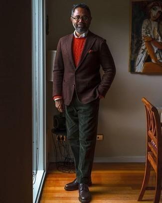Tendances mode hommes: Choisis un blazer en laine marron foncé et un pantalon de costume en velours côtelé vert foncé pour un look classique et élégant. Cet ensemble est parfait avec une paire de des chaussures derby en cuir marron foncé.