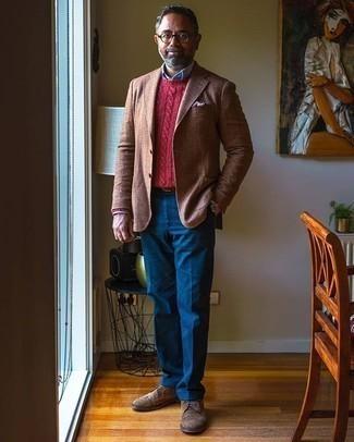 Tendances mode hommes: Harmonise un blazer en laine écossais marron avec un pantalon de costume bleu pour un look pointu et élégant. Une paire de des chaussures brogues en daim marron est une option astucieux pour complèter cette tenue.
