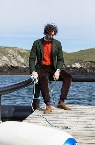Comment s'habiller après 40 ans: Harmonise un blazer en laine vert foncé avec un pantalon de costume en velours côtelé marron foncé pour un look classique et élégant. D'une humeur créatrice? Assortis ta tenue avec une paire de bottines chukka en daim marron.