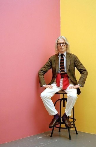 Comment porter un pull torsadé rouge: Associe un pull torsadé rouge avec un pantalon chino blanc pour une tenue idéale le week-end. Une paire de slippers en cuir marron foncé ajoutera de l'élégance à un look simple.