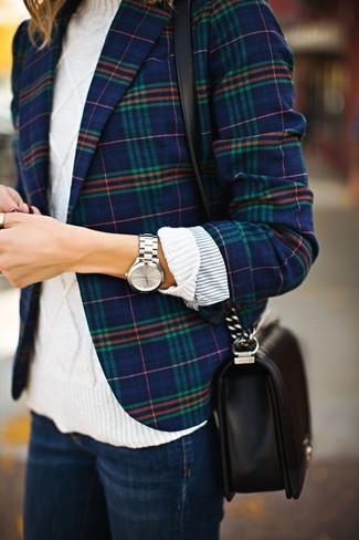 Comment porter un blazer écossais bleu marine: Associe un blazer écossais bleu marine avec un jean bleu marine pour un déjeuner le dimanche entre amies.
