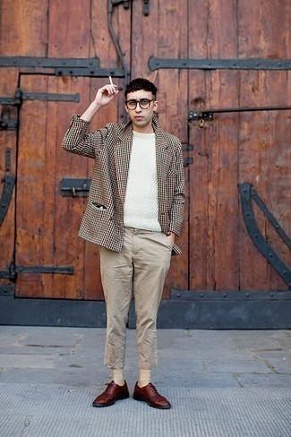 Comment porter des chaussettes beiges: Harmonise un blazer en pied-de-poule beige avec des chaussettes beiges pour un look idéal le week-end. Complète cet ensemble avec une paire de des chaussures richelieu en cuir bordeaux pour afficher ton expertise vestimentaire.