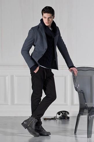 Comment porter: blazer en laine gris foncé, pull torsadé noir, pantalon de jogging noir, bottes de loisirs en cuir gris foncé