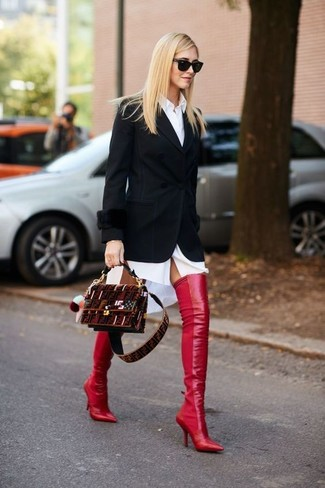 Tenue: Blazer noir, Robe chemise blanche, Cuissardes en cuir rouges, Sac bandoulière en daim bordeaux