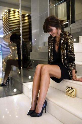 Choisis un blazer pailleté doré et une robe de cocktail noire pour une tenue confortable aussi composée avec goût. Termine ce look avec une paire de des escarpins en cuir noirs.