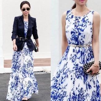 Comment porter: blazer bleu marine, robe de soirée à fleurs blanc et bleu, sandales à talons en cuir beiges, pochette en cuir à clous noire