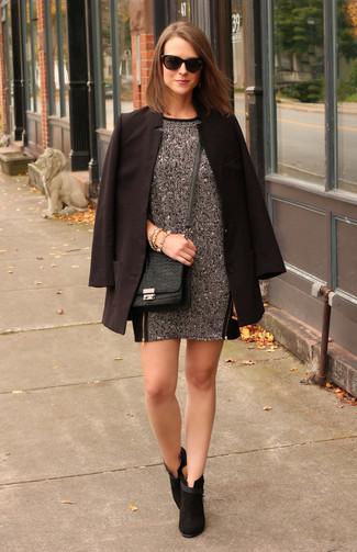 Tenue: Blazer noir, Robe droite en laine gris foncé, Bottines en daim noires, Sac bandoulière en cuir imprimé serpent noir