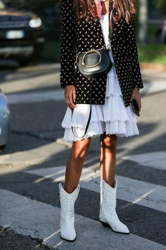 Comment porter un sac bandoulière en cuir noir: Pense à associer un blazer imprimé noir et blanc avec un sac bandoulière en cuir noir pour un look confortable et décontracté. Une paire de des bottes western en cuir blanches est une option génial pour complèter cette tenue.