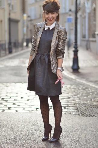 Comment porter: blazer pailleté doré, robe évasée noire, escarpins en cuir noirs, montre argentée