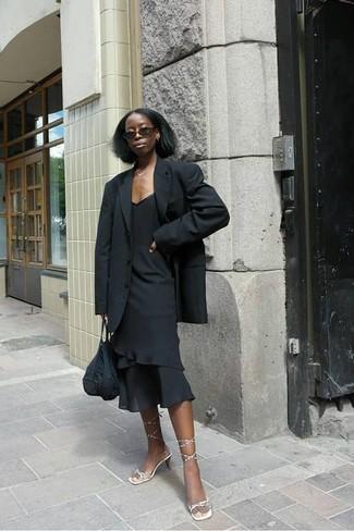 Comment porter: blazer noir, robe fourreau à volants noire, sandales à talons en cuir dorées, sac fourre-tout en crochet noir
