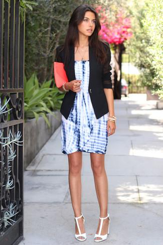 Comment porter: blazer noir, robe fourreau imprimé tie-dye bleue, sandales à talons en cuir blanches, pochette en cuir fuchsia