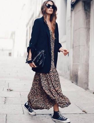Comment porter: blazer noir, robe longue imprimée léopard marron clair, baskets montantes en toile noires et blanches, cartable en cuir noir